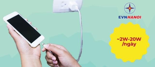 Dù không được cắm vào điện thoại nhưng khi bộ sạc vẫn kết nối với nguồn điện, nó sẽ tiếp tục sử dụng năng lượng. Tuy lượng điện năng tiêu thụ không đáng kể khoảng 1,2W nhưng nếu cứ cắm liên tục thì chúng cũng là nguyên nhân làm tăng giá hóa đơn tiền điện hàng tháng của khách hàng.