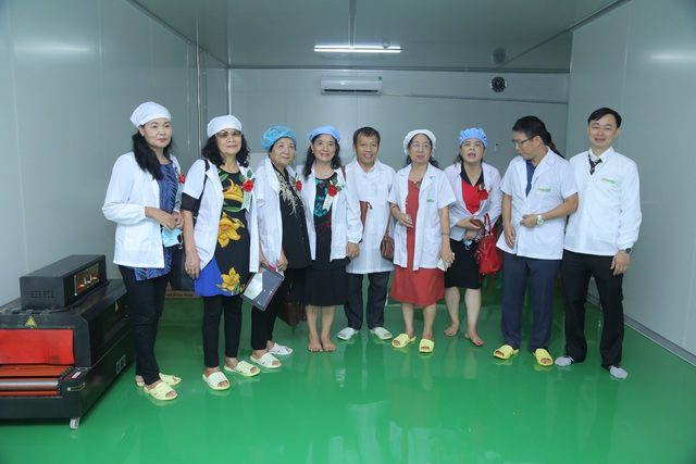 Các đại biểu đi tham quan nhà máy.