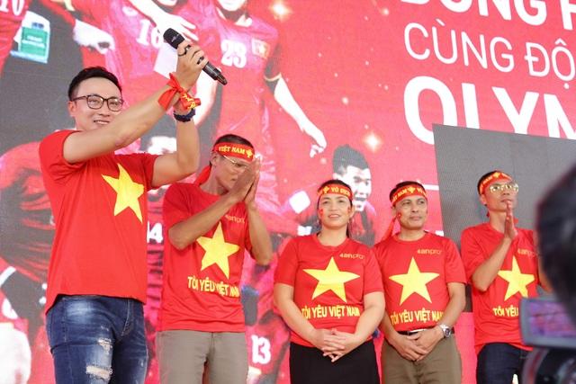 MC Quốc Duy với bản lĩnh sân khấu của một MC cà phê sáng với VTV, Chúng tôi là chiến sĩ, đã truyền lửa cho sự kiện, khi anh duyên dáng và sôi động trở thành một phần không thể thiếu kết nối cảm xúc gia đình các cầu thủ Việt Nam và người hâm mộ cả nước.