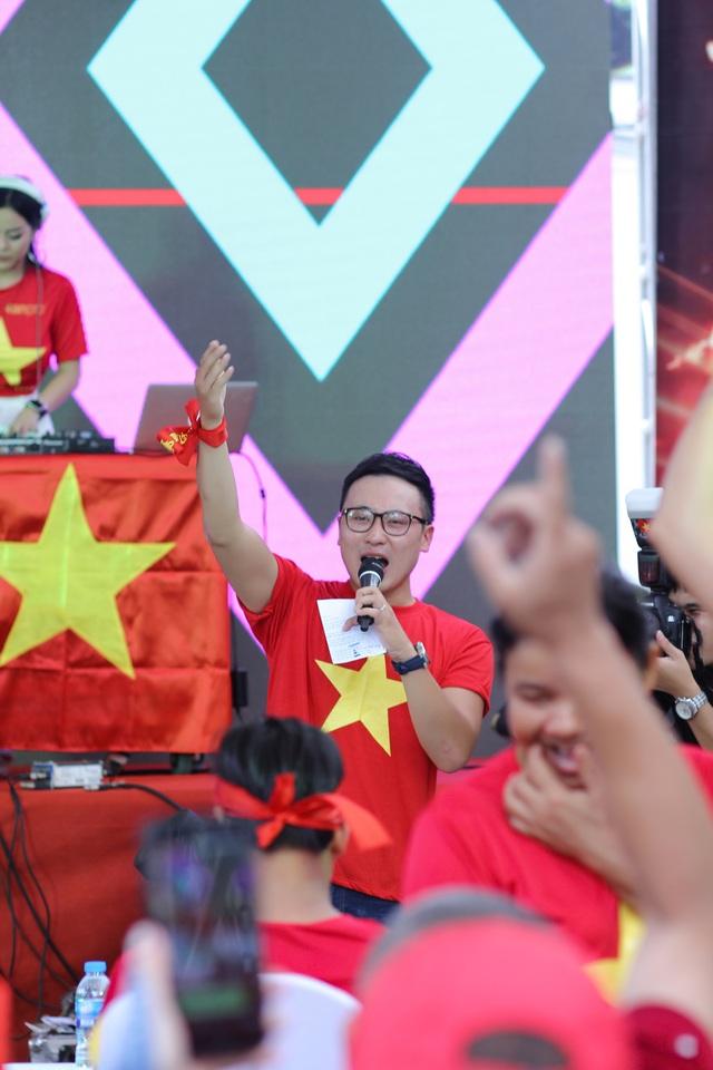"""MC Quốc Duy chia sẻ: """"Cảm ơn những chàng trai đã cho hàng triệu con tim Việt Nam được sống trong những phút giây đầy xúc cảm. Những giây phút hét thật to bên nhau của những người xa lạ, gào thật to 2 tiếng Việt Nam. Thắng thua là chuyện thường tình. Trái bóng tròn luôn luôn có những điều bất ngờ, không phải lúc nào đội đá hay hơn cũng là đội chiến thắng. Đã có rất nhiều lần đội ta không hay bằng đội bạn nhưng vẫn chiến thắng. Thế nên có tiếc thì cũng chỉ đôi chút thôi."""