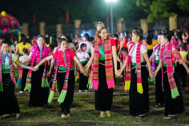 Hoa hậu Đỗ Trần Khánh Ngân tham gia vào màn trình diễn carnival đường phố đặc biệt về xòe Thái.