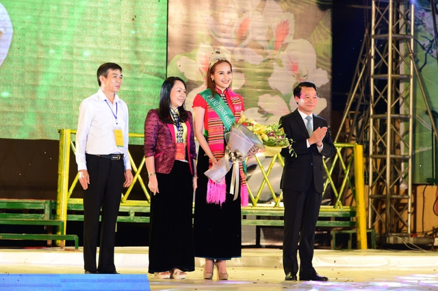 Ông Đỗ Đức Duy (áo vest đen) cùng bà Lò Thị Huân và ông Hà Văn Nam trao dải băng Đại sứ hình ảnh Lễ hội Mường Lò năm 2018 cho Hoa hậu Khánh Ngân.