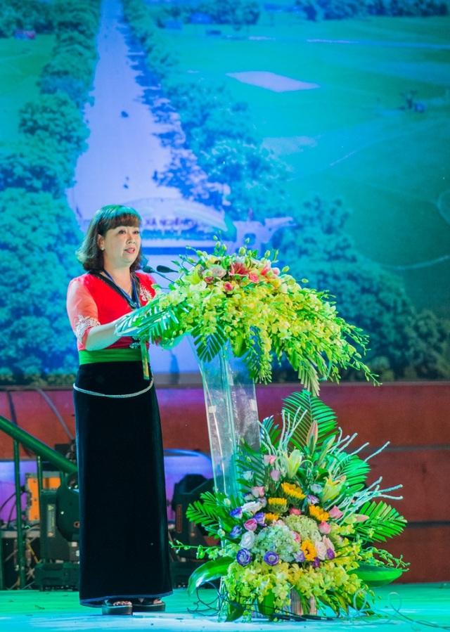 Bà Hoàng Thị Hồng Hạnh - Phó Chủ tịch UBND thị xã Nghĩa Lộ phát biểu.
