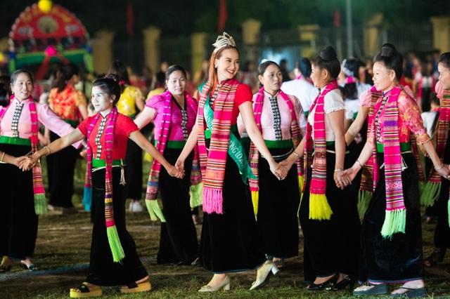 Hoa hậu Khánh Ngân trong vòng xòe đêm hội.