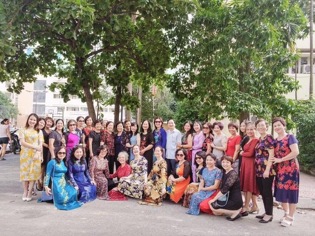Đông đảo các thầy cô từng giảng dạy tại trường rất vui vẻ trong ngày hội ngộ, ôn lại kỷ niệm và cùng tham gia các buổi làm chương trình chuẩn bị cho sự kiện.