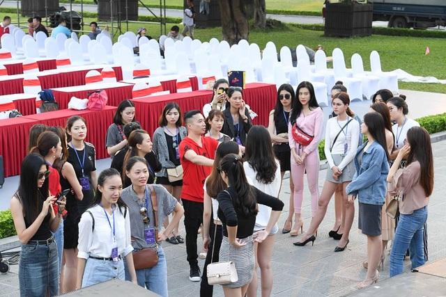 """Bộ sưu tập áo dài quốc kỳ """"Thế giới như tôi thấy"""" của NTK Đỗ Trịnh Hoài Nam được lựa chọn trình diễn trong lễ công bố giải đua xe công thức 1 (Formula One - F1) lần đầu tiên tại Việt Nam."""