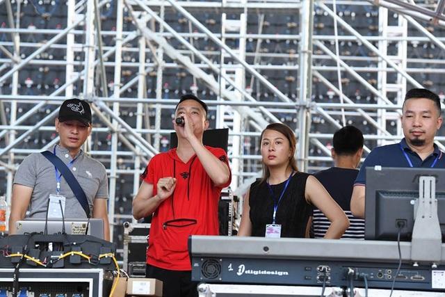 Công tác chuẩn bị tổng duyệt chương trình lễ công bố giải đua xe F1 tại Hà Nội.