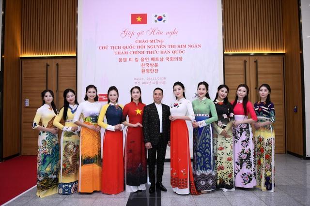 NTK Đỗ Trịnh Hoài Nam và dàn người mẫu Việt Nam và Hàn Quốc biểu diễn trong chương trình.