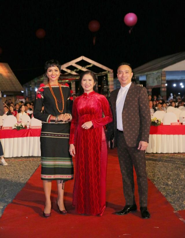 NTK Đỗ Trịnh Hoài Nam hội ngộ Hoa hậu Ngọc Hân, H'Hen Niê - Ảnh 1.