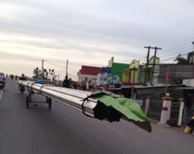 Xe Chở cồng kềnh trên quốc lộ 30 đoạn qua xã Phong Mỹ, huyện Cao Lãnh