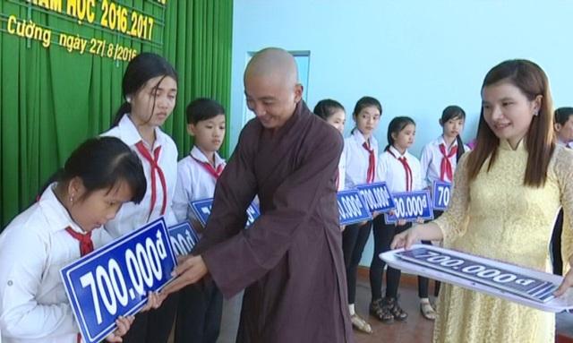 Từ số tiền mổ heo đất và các nhà tài trợ, doanh nghiệp hỗ trợ Hội Khuyến học huyện Tam Nông đã trao 645 suất học bổng và 7.035 phần quà cho những học sinh nghèo, vượt khó trong năm học 2016 - 2017.