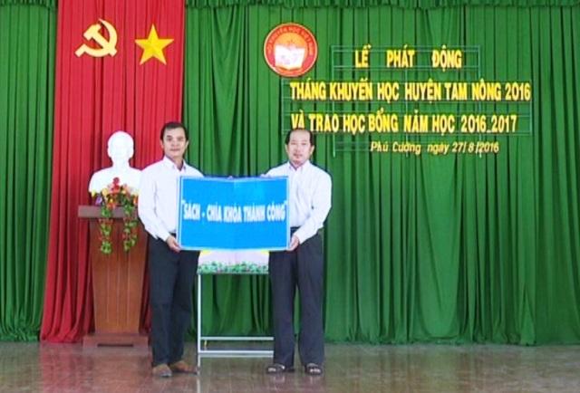 Ông Đoàn Tấn Bửu - Phó Chủ tịch UBND tỉnh Đồng Tháp trao tủ sách cho Hội Khuyến học huyện Tam Nông.