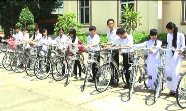 Nhiều đơn vị còn tặng hàng chục xe đạp cho các học sinh khó khăn, nhà xa trường học.