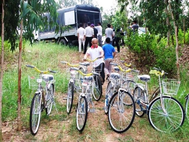 Đoàn rất vất vả trong việc vận chuyển quà, như: xe đạp, vở, gạo... cho các em học sinh.