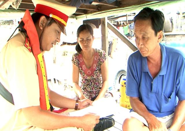 Vợ chồng ông Huỳnh Văn Thuận bày tỏ sự biết ơn khi được tổ công tác tuần tra CSGT đường thủy tỉnh An Giang ứng cứu kịp thời trong lúc hiểm nguy đến tính mạng và tài sản,.