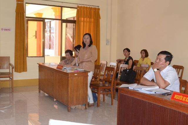 Dù sự việc thu hồi đất của của bà Phạm Thị Lang (người đứng) sai luật rõ ràng ra thế nhưng bà phải mất đến 8 năm, công lý mới mìm cười với bà