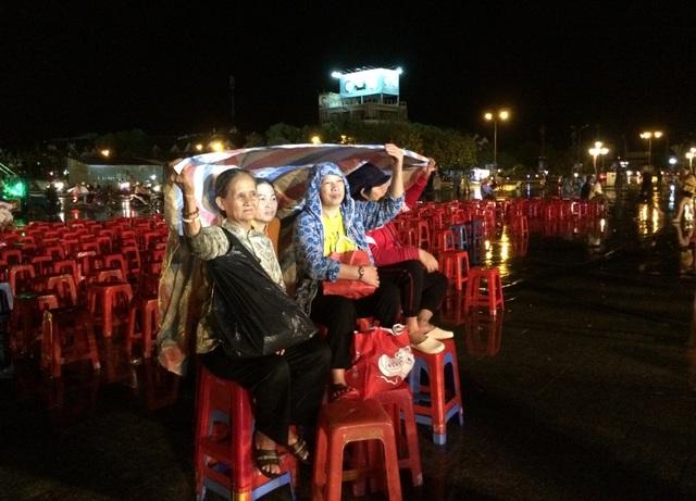 Hàng nghìn người đội mưa dự khai mạc Lễ hội anh hùng Nguyễn Trung Trực - 2