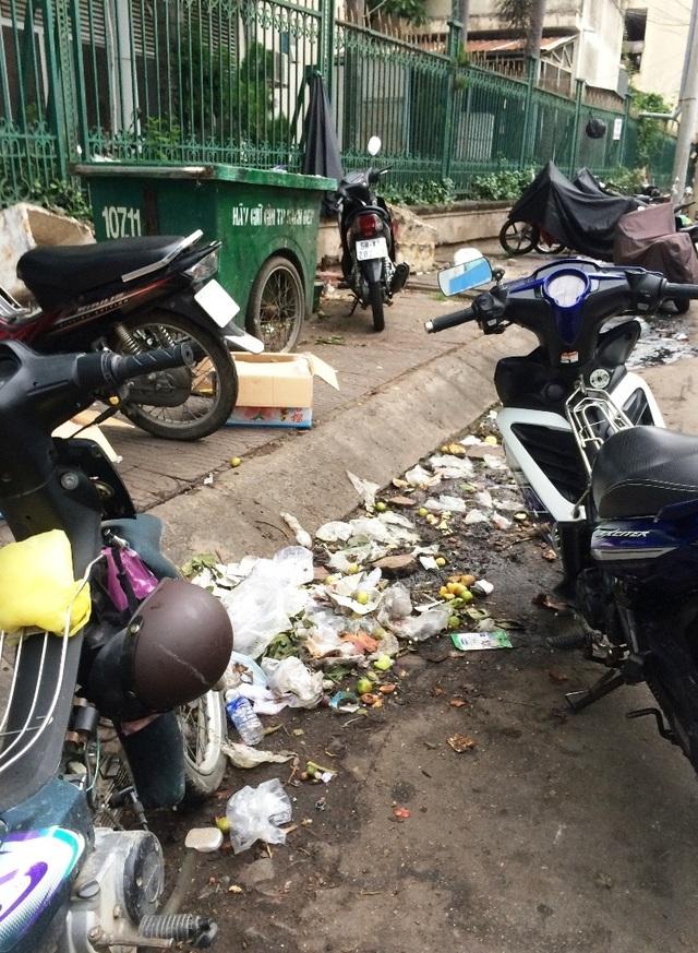 Một bãi rác được tập kết dưới lòng đường Kiều Công Thiện