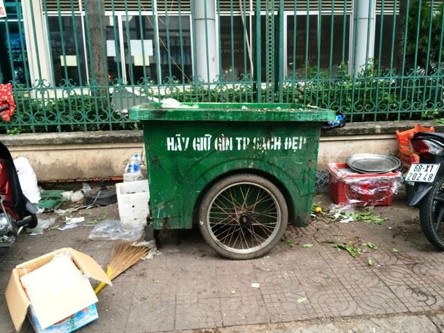 Thùng rác và rác bên ngoài ngang nhau...