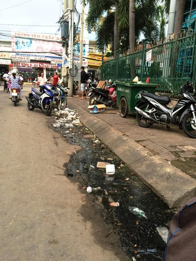 Nhiều người dân không chấp nhận được khi tuyến hành lang bệnh viện mà rác và nước thải đen ngòm thế này