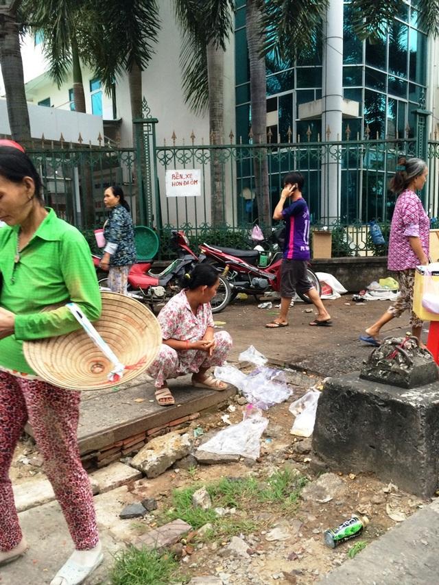 Số rác đang cư ngụ quanh cổng bệnh viện đa phần là do những người bán hàng rong để lại