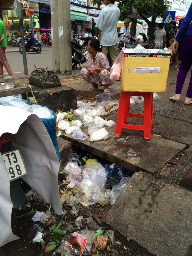Miệng cống ăn đầy rác...