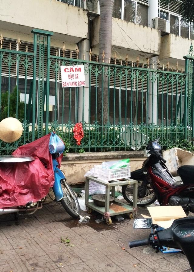 Tuyến hành lang bệnh viện thuộc đường Kiều Công Thiện, ngổn ngang dụng cụ của những người bán hàng rong che hết lối đi