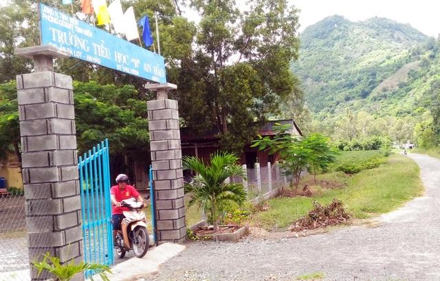 Điểm lẻ trường tiểu học B An Hảo giữa núi Dài và núi Cấm. Hiện có khoảng 71 học sinh đang theo học