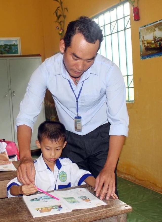 Thương học trò nghèo, thầy Nguyễn Quốc Thắng quyết định ở lại trường. Hiện nay, thầy trích lương của mình để nuôi 4 em học sinh có hoàn cảnh đặc biệt khó khăn.