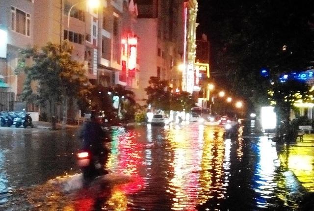 Sau đó tấn công đến các tuyến đường chính TP Cần Thơ, như đường 3/2, đường 30/4, đường Trần Văn Hoài.... Nhưng ngập sâu nhất là các tuyến đường ở Trung tâm thương mại Cái Khế, Cần Thơ.