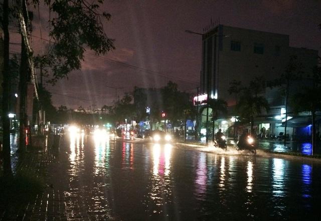 Rạng sáng 17/10 một cơn mưa lớn trút xuống thành phố Cần Thơ làm nhiều tuyến đường bị ngập sâu
