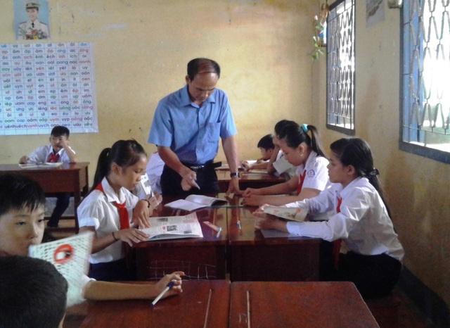 Không ngại vất vả, 17 năm qua thầy giáo Đoàn Văn Kiều vượt biển gieo chữ cho học sinh ở xã đảo Sơn Hải.