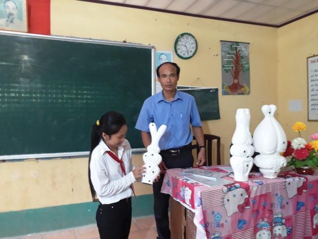 Từ những mô hình dạy học bằng mút xốp của mình, thầy Kiều đã truyền được kiến thức đến các em học sinh một cách nhanh chóng và hiệu quả nhất.