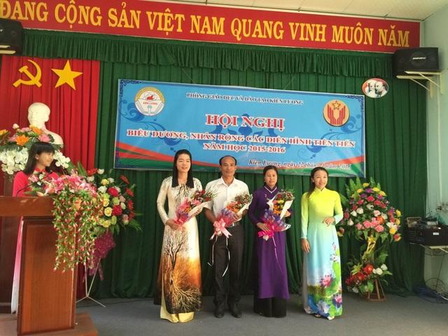 Từ năm học 2012 - 2013 đến năm học 2015 - 2016 thầy Kiều có 4 năm liền là chiến sĩ thi đua cơ sở, 1 năm đạt chiến sĩ thi đua tỉnh, được chủ tịch UBND tỉnh và Công đoàn giáo dục Việt Nam tặng bằng khen.