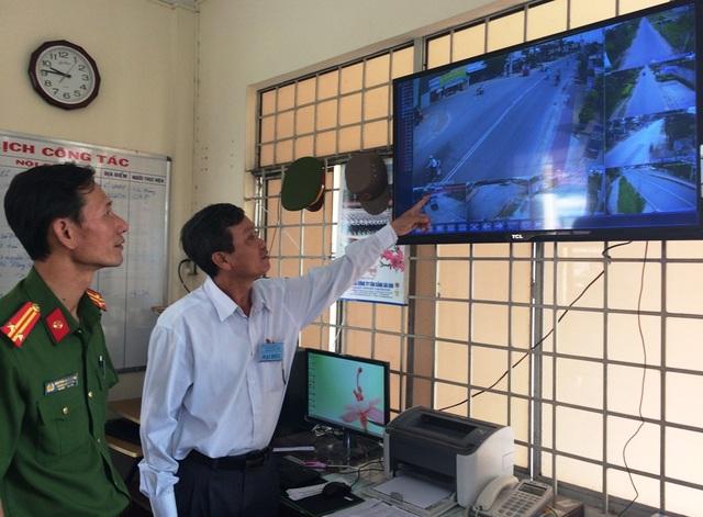 Ông Võ Minh Thông - Chủ tịch UBND phường Tân Qui Đông (áo trắng) cũng như lực lượng công an địa phương đánh giá rất cao mô hình camera an ninh mang lại qua một số vụ việc trên địa bàn