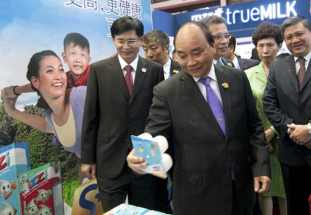 Thủ tướng tham một số gian hàng Việt Nam trưng bày tại Hội chợ ASEAN - Trung Quốc.