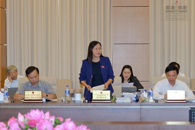 Chủ nhiệm UB Tư pháp Lê Thị Nga trình bày báo cáo thẩm tra rất chi tiết, dài gần 20 trang về dự luật.