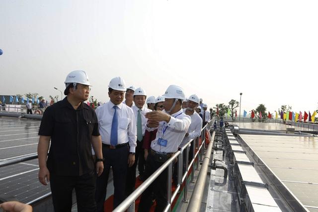 Bí thư Thành uỷ Hà Nội Hoàng Trung Hải kiểm tra nhà máy xử lý nước thải hiện đại được làm thí điểm lần đầu tại thủ đô.
