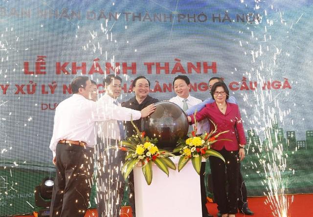 Lãnh đạo Hà Nội, lãnh đạo Bộ TN-MT cùng bấm nút khánh thành, chính thức vận hành nhà máy xử lý nước thải làng nghề Cầu Ngà.