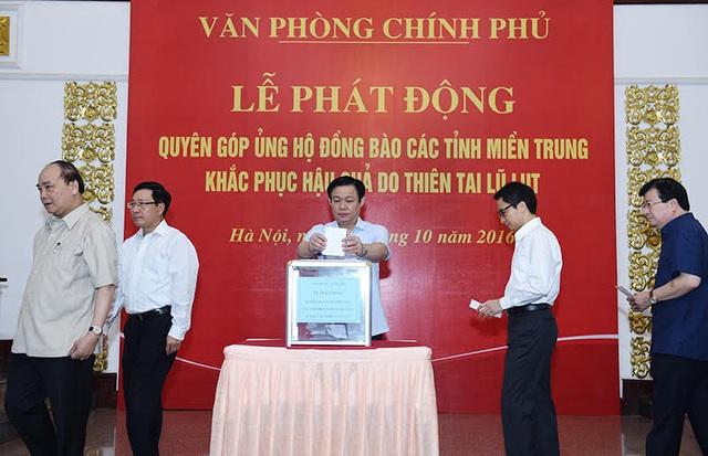 Thủ tướng và các Phó Thủ tướng đóng góp ủng hộ đồng bào miền Trung (ảnh: Hiếu Nguyễn).