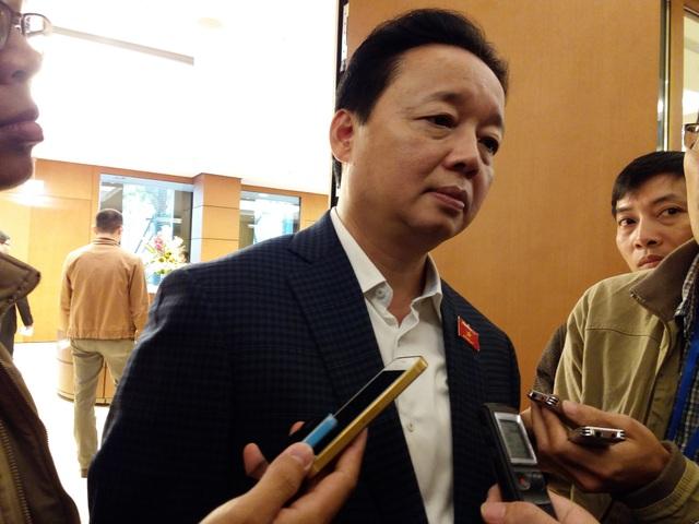 Bộ trưởng Trần Hồng Hà bên hành lang Quốc hội.