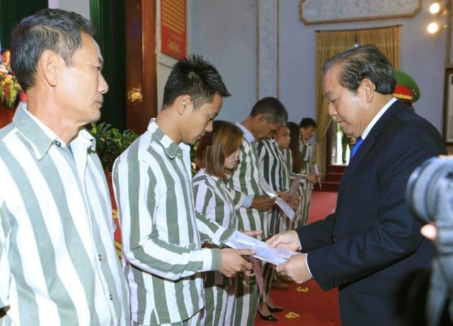Phó Thủ tướng Trương Hoà Bình trao quyết định đặc xá cho các phạm nhân được tha tù tại trại giam Phú Sơn 4 dịp này (ảnh: VGP).
