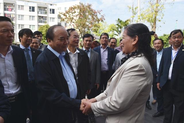 Thủ tướng trò chuyện với người dân tại khu đô thị Đặng Xá.