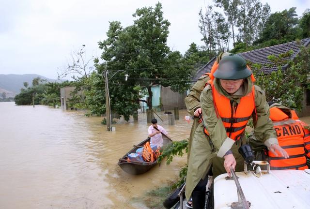 Đoàn công tác của Chính phủ chứng kiến tình hình nghiêm trọng tại Bình Định khi 50% hộ dân đã bị nhấn chìm trong nước.