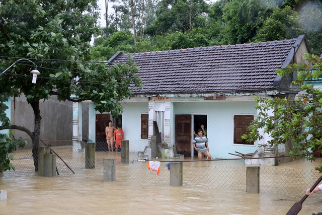Với những khu dân cư bị chia cắt, việc kiếm nước để úp mì tôm được cứu trợ cũng hết sức khó khăn.