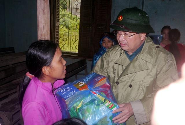 Phó Thủ tướng Trịnh Đình Dũng trao hàng cứu trợ với nhiều khu vực dân cư đang chìm trong nước lũ.