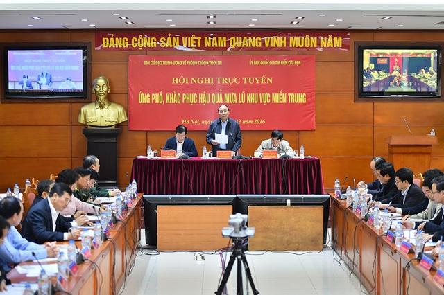 Thủ tướng chủ trì hội nghị trực tuyến về ứng khó, khắc phục hậu quả mưa lũ miền Trung.