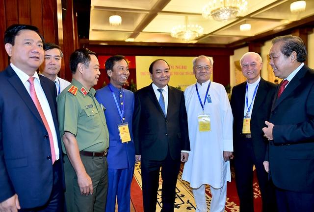 Thủ tướng Nguyễn Xuân Phúc, Phó Thủ tướng Trương Hoà Bình, Bí thư Thành uỷ TPHCM và các đại biểu tham gia hội nghị.