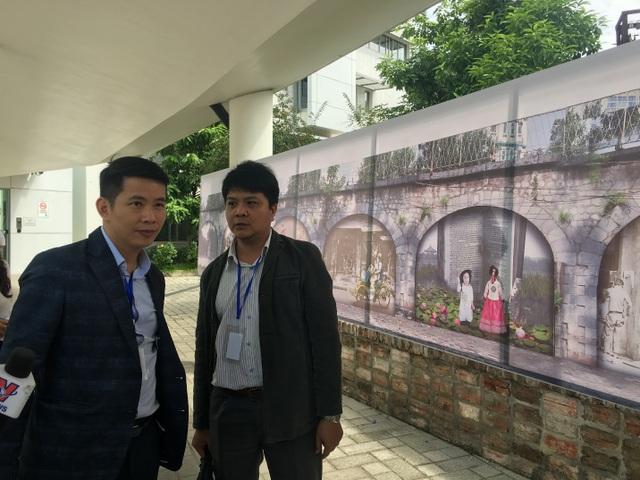 Ông Phạm Tuấn Long - Phó Chủ tịch UBND quận Hoàn Kiếm nghe góp ý của các chuyên gia về những bích họa dự kiến thể hiện trên những vòm cầu đường sắt phố Phùng Hưng.