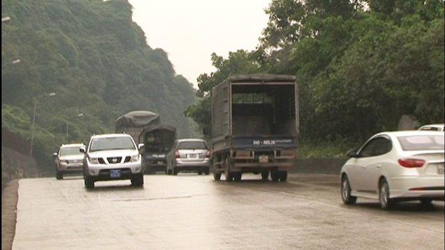 Cách đây 2 năm, QL18 đoạn Hạ Long - Mông Dương là con đường 2 làn xe nhỏ hẹp…
